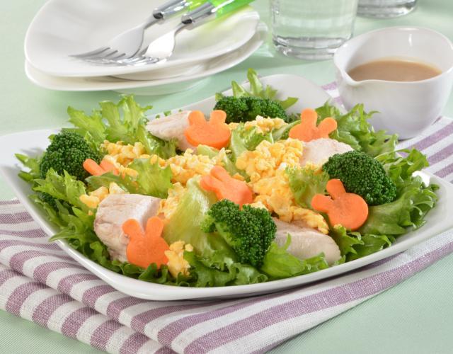 鶏肉とスクランブルエッグのサラダ