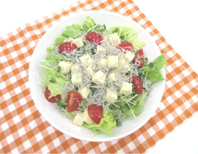 冷凍豆腐とじゃこのサラダ